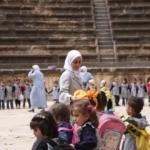 Una scolaresca a Bosra In posa alla moschea degli Omayyadi